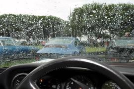 Kính ô tô bị mờ khi trời mưa ẩm phải làm thế nào?