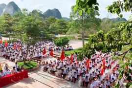Hàng vạn học sinh vùng lũ vui đến trường đón ngày khai giảng muộn